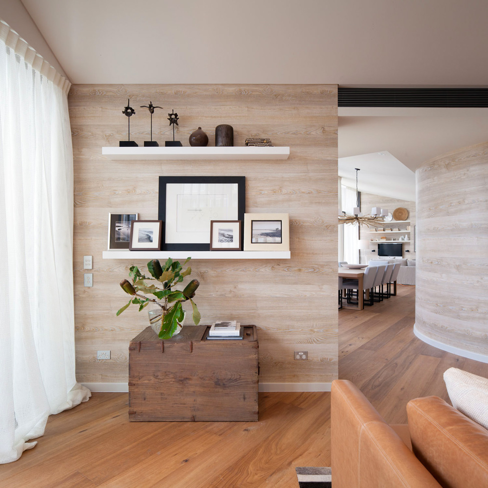 Ламинат на стене в интерьере квартиры фото