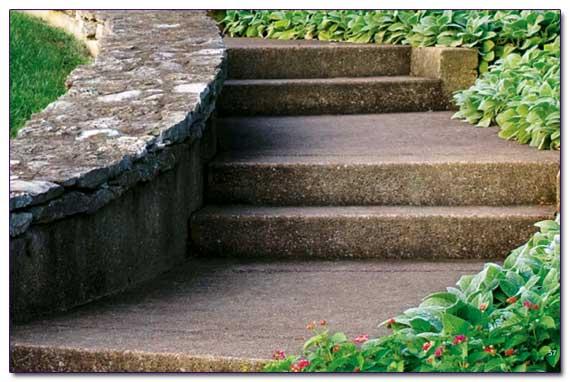 Бетонная лестница на участке 77