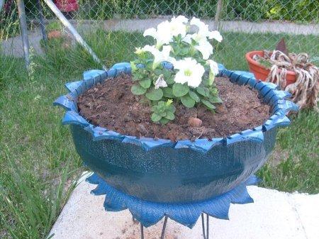 Цветочные клумбы из покрышек - 8 фото - Идеи для дачи и сада