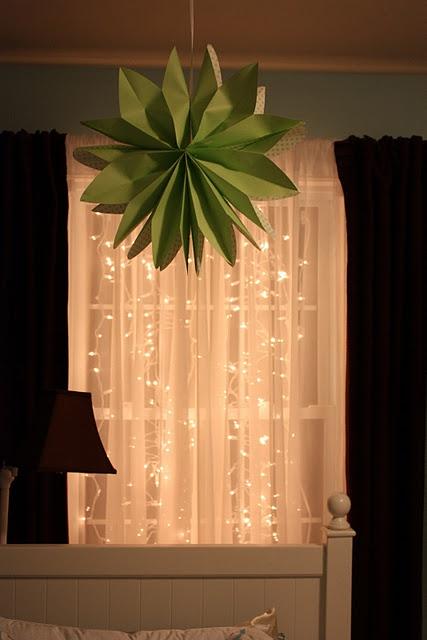 Как украсить спальню рождественскими огнями - 15 идей