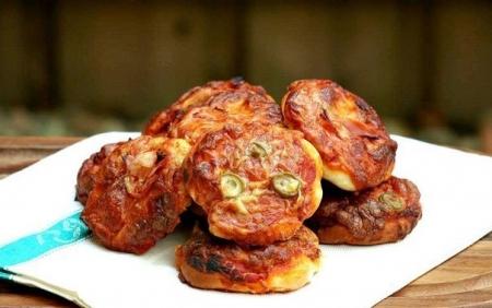 Пиццетте (Pizzette) с сыром, оливками и ветчиной (Рецепт)